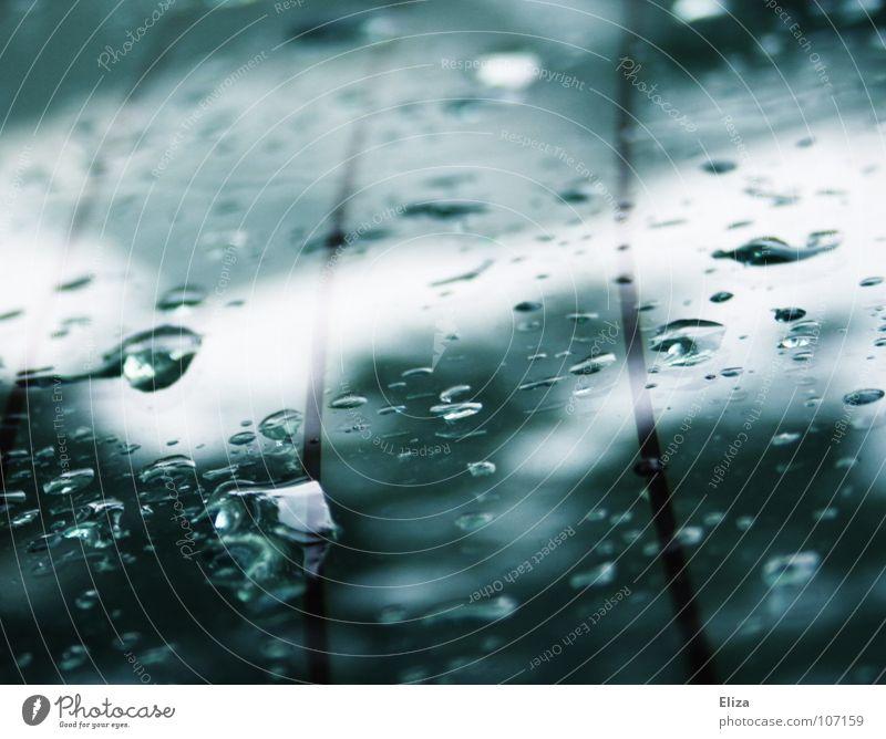 Spuren Wasser dunkel Herbst Linie Regen PKW Wassertropfen nass Klarheit zart türkis Fensterscheibe Gewitter zyan Heckscheibe