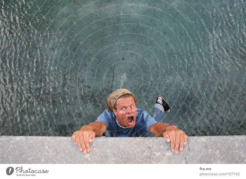 crazy. Wasser Angst Brücke gefährlich bedrohlich schreien festhalten tief Sturz hängen Panik Am Rand Berghang Baskenland Bilbao