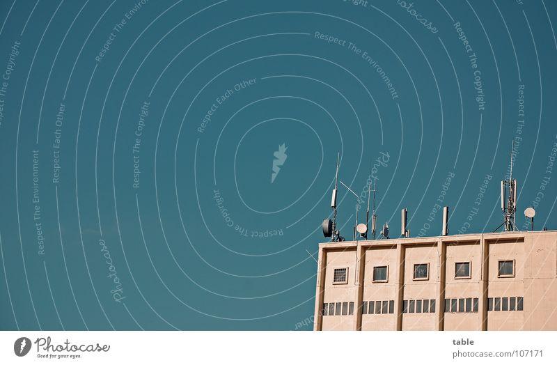Die Fühler ausstrecken . . . Himmel blau Dach Technik & Technologie Kommunizieren Telekommunikation hören Mobilität Strahlung Antenne Dachboden bequem Smog