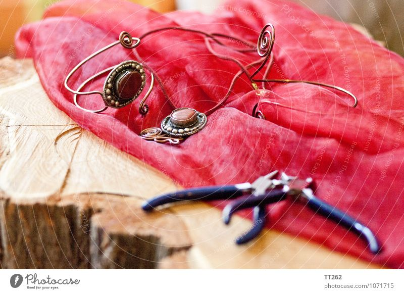 Kunsthandwerk II Handarbeit Handwerk Künstler Accessoire Schmuck Ring Armband Halskette beweglich sparsam Farbfoto Innenaufnahme Nahaufnahme Detailaufnahme