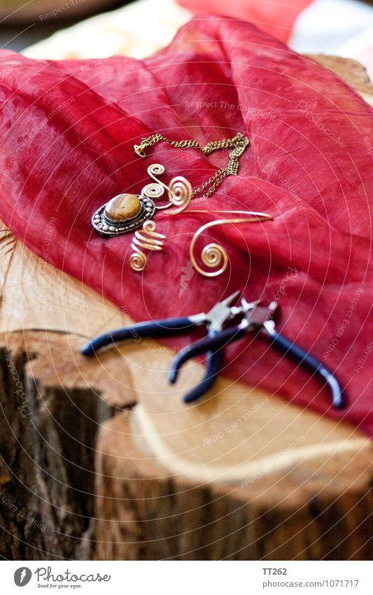Kunsthandwerk III Künstler Umwelt Mode Accessoire Schmuck Ring Halskette Armreif schön einzigartig Holz Baumstamm Farbfoto Innenaufnahme Nahaufnahme