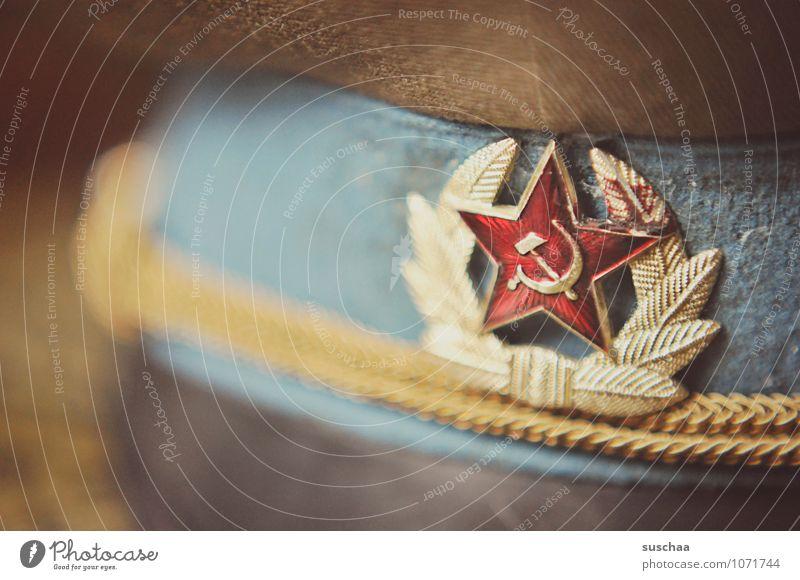 relikt Zeichen alt historisch Politik & Staat Macht Sichel und Hammer roter Stern Lorbeerkranz Mütze Hut Farbfoto Innenaufnahme Nahaufnahme Menschenleer