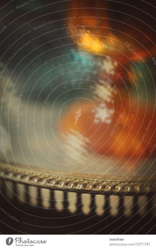 halbdunkel Schalen & Schüsseln Glas Metall Zeichen retro Tablett Kelch Unschärfe Farbfoto Gedeckte Farben mehrfarbig Innenaufnahme Experiment abstrakt Muster