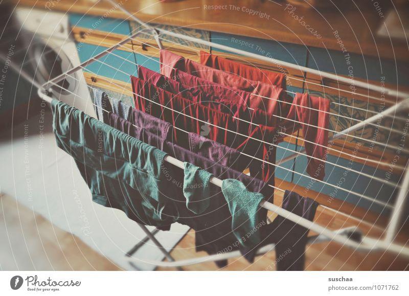 waschtag Häusliches Leben Wohnung Küche mehrfarbig Wäsche Waschmaschine Wäscheleine Bekleidung Farbfoto Innenaufnahme Menschenleer Tag Unschärfe