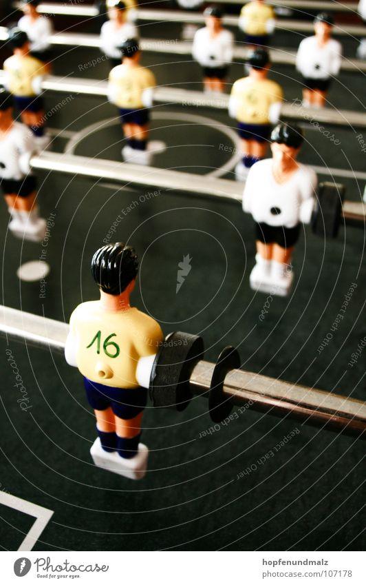 Abseits Tisch Pause Fälschung Anstoß Sport Spielen einzeln Fußballer 16 Tischfußball Stab Schwache Tiefenschärfe Farbfoto Rückansicht nebeneinander