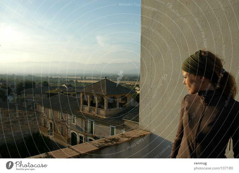 Auf einer Dachterasse in St. Eugenia Frau Himmel Ferne Erholung Wand oben Aussicht Abenddämmerung Mallorca verträumt Profil