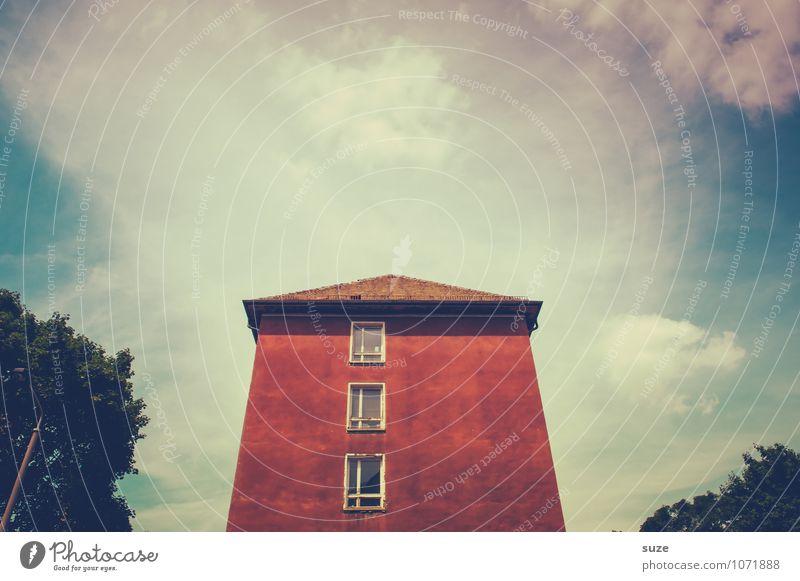 Das rote Haus Häusliches Leben Umwelt Himmel Wolken Baum Stadtrand Gebäude Architektur Fassade Fenster Beton alt authentisch eckig einfach retro Perspektive