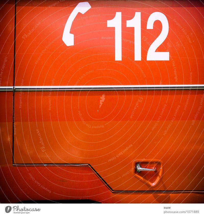 Haben Sie Feuer? Arbeit & Erwerbstätigkeit Beruf Telefon Verkehr Verkehrsmittel Fahrzeug Zeichen Ziffern & Zahlen einfach rot Verlässlichkeit Angst Todesangst