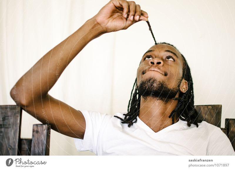 Verspielt. maskulin Junger Mann Jugendliche Erwachsene Körper Kopf Haare & Frisuren Arme 1 Mensch 18-30 Jahre schwarzhaarig langhaarig Rastalocken Afro-Look