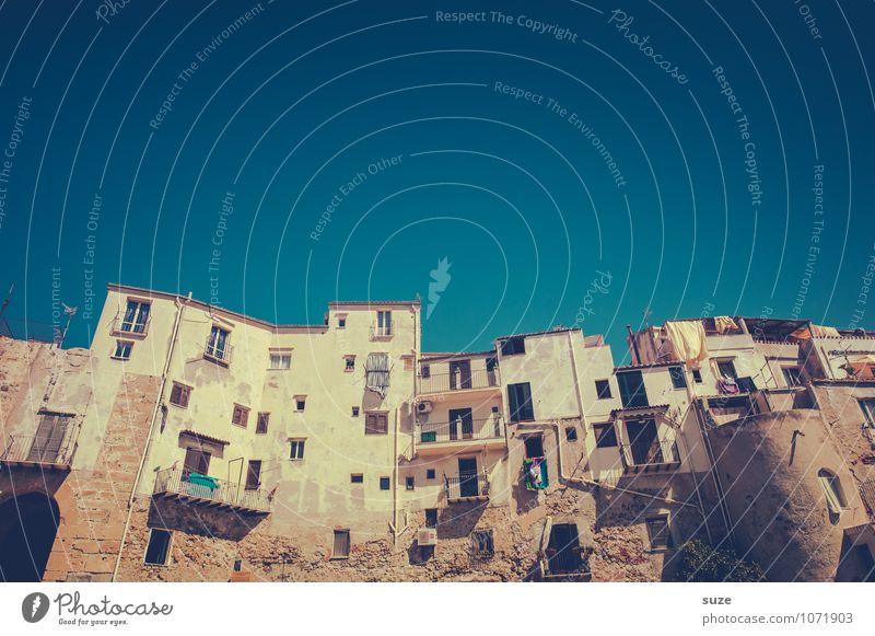 Fühl dich wie zu Hause! Ferien & Urlaub & Reisen alt Haus Fenster Architektur Fassade Zufriedenheit Häusliches Leben Tourismus dreckig trist authentisch einfach Vergänglichkeit Kultur Italien