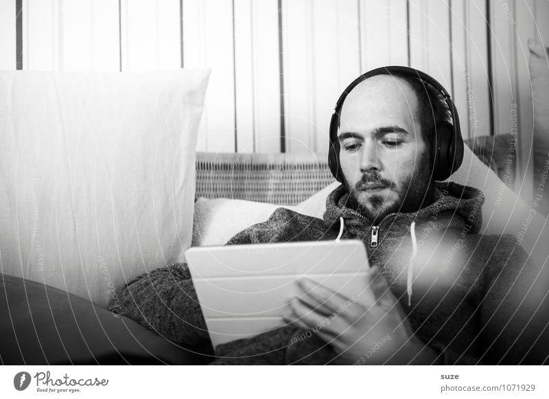 Auf Arbeit | Freiberuflich Mensch Jugendliche Erholung Junger Mann Erwachsene Stil Mode Lifestyle Wohnung maskulin Freizeit & Hobby Design Häusliches Leben