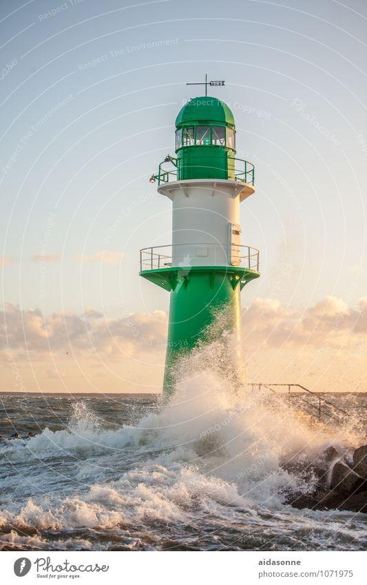 Leuchtturm grün weiß Wasser Wolken Zufriedenheit Kraft Wellen Ostsee Sturm Mecklenburg-Vorpommern Rostock