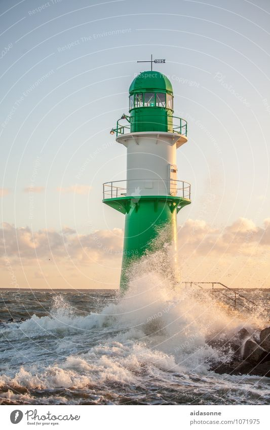 Leuchtturm Wasser Wolken Sonnenaufgang Sonnenuntergang Sturm Wellen Ostsee Zufriedenheit Kraft Mecklenburg-Vorpommern Rostock grün weiß Farbfoto Außenaufnahme