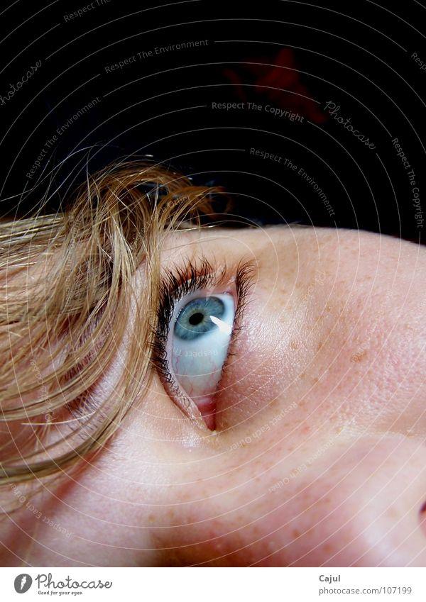Der Blick ins Nichts? Augenfarbe Sommersprossen Pupille Wimpern Nasenloch Haarsträhne dunkel blond Frau Raum Haus Sinnesorgane hören Lippen groß klein Publikum
