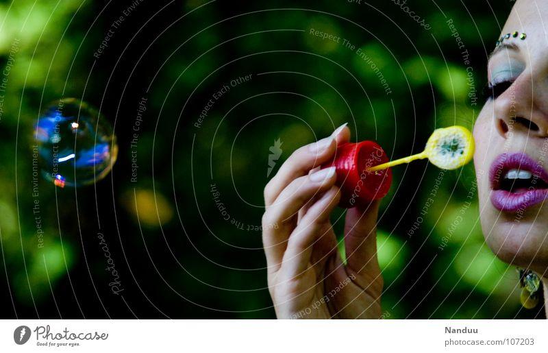 Seifenoper Frau Hand Sommer Freude Erwachsene Spielen träumen glänzend fliegen Mund Kindheitserinnerung rund Ball Lippen Kitsch Kugel