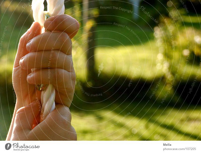 Gut festhalten! Kind Hand weiß grün Herbst Garten Seil Vertrauen fangen Schaukel Halt Kinderhand haltend