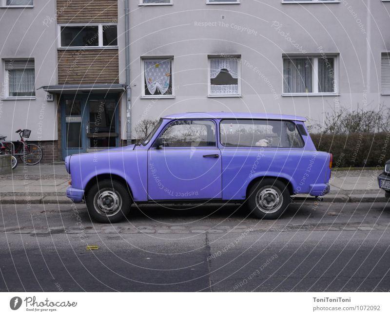Lila Trabant Menschenleer Haus Verkehr Verkehrsmittel Straßenverkehr Autofahren PKW historisch retro violett Freiheit Trabbi trabant Berliner Mauer Farbfoto