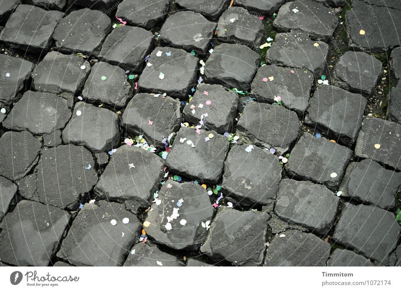 Irgendwo in Italien (2). Straße Konfetti Papier Rest Stein Linie dunkel eckig einfach blau grau grün Gefühle Freude Feste & Feiern Karneval Farbfoto