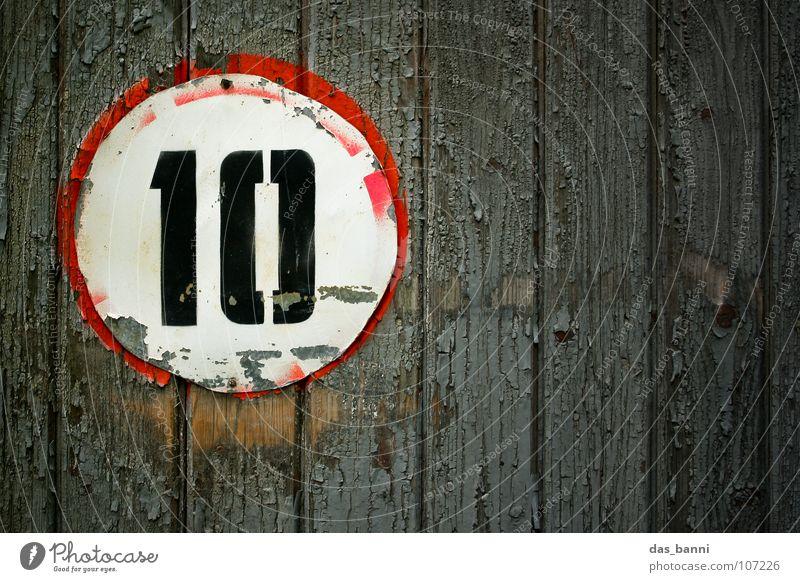 NUMB3R 10 Ziffern & Zahlen Anordnung gebraucht alt verfallen Typographie weiß Holz schwarz rot grau sprühen Mitte Design Splitter Nagel Befestigung frontal
