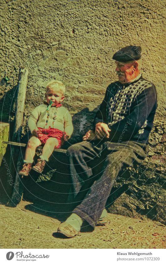 """Zeitreise """"Männergespräche"""" Mensch Kind Mann rot schwarz Erwachsene Wand Senior sprechen Mauer grau braun Familie & Verwandtschaft maskulin blond Kindheit"""