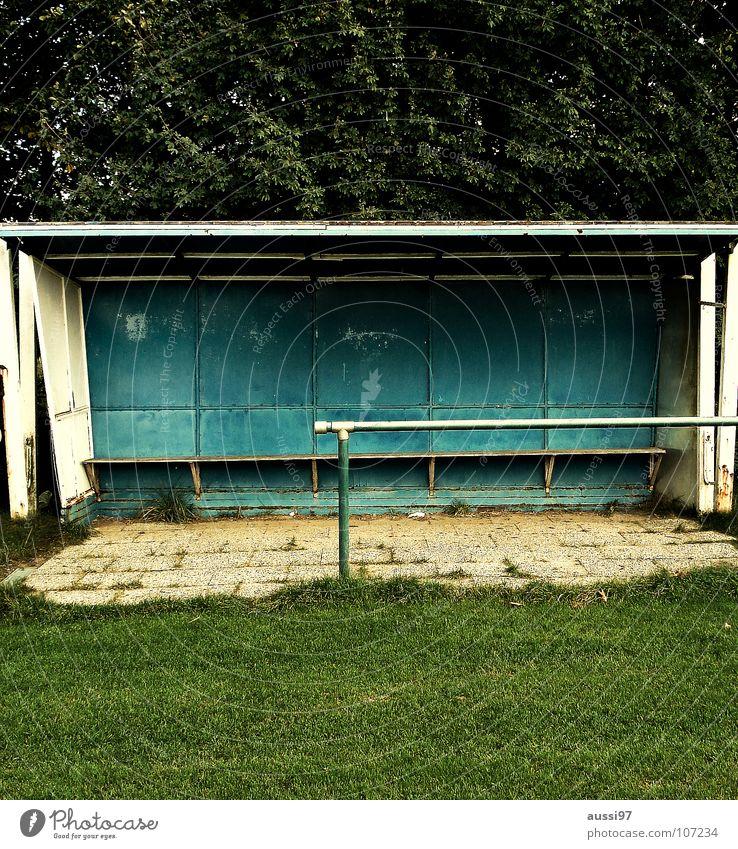 Ersatzbank gelb Sport Fußball dreckig Ball Bank Kindheit kämpfen verloren verlieren Schlamm Weltmeisterschaft Ballsport Auswechseln Schiedsrichter Platzhalter