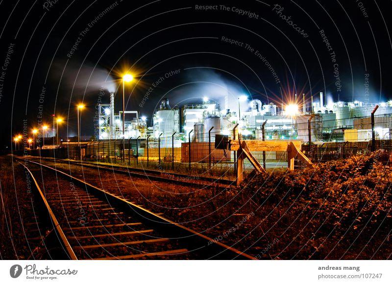 Industrial Nightlife III Straße Lampe dunkel Arbeit & Erwerbstätigkeit Gras Gebäude hell Beleuchtung dreckig Eisenbahn Industrie Industriefotografie Sträucher