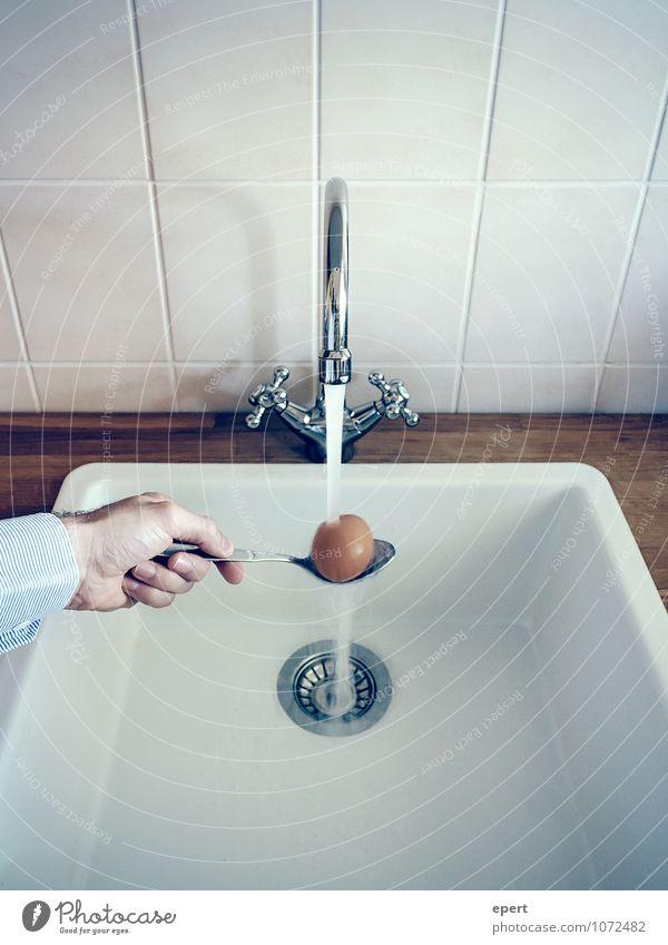 Abschreckendes Beispiel Ei Ernährung Löffel kochen & garen Essen nass Verlässlichkeit Ordnungsliebe kühlen Wasserhahn Genauigkeit Farbfoto Innenaufnahme 1 Hand