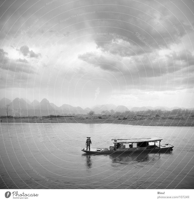 Li.yang China Guilin Chinese Schwarzweißfoto Asien Wasser li-yang storm boat landscape mountains grey