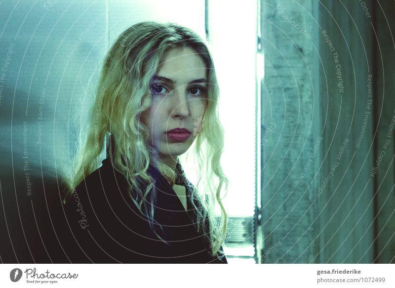 Von der Wahrheit geblendet Jugendliche blau schön 18-30 Jahre kalt Erwachsene Gesicht Wand Traurigkeit Liebe feminin natürlich Mauer Denken Haare & Frisuren