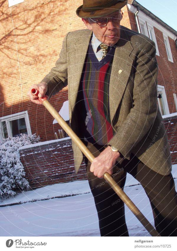rausgeputzt Mann Großvater Anzug schick Krawatte Schnee schneeschieber