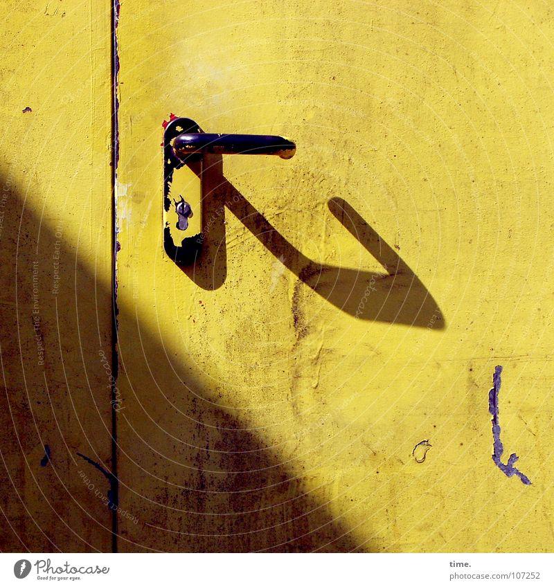 Sonnenbad gelb Farbe Wärme Metall Tür geschlossen Dekoration & Verzierung Physik Burg oder Schloss Tor Dienstleistungsgewerbe Handwerk diagonal Griff Hinterhof