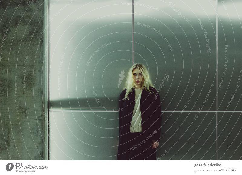 Der Erfolg des Allein seins elegant feminin Jugendliche Haare & Frisuren 13-18 Jahre Kind Künstler Museum Stadt Bahnhof Flughafen Scheitel Spiegel Stein Beton