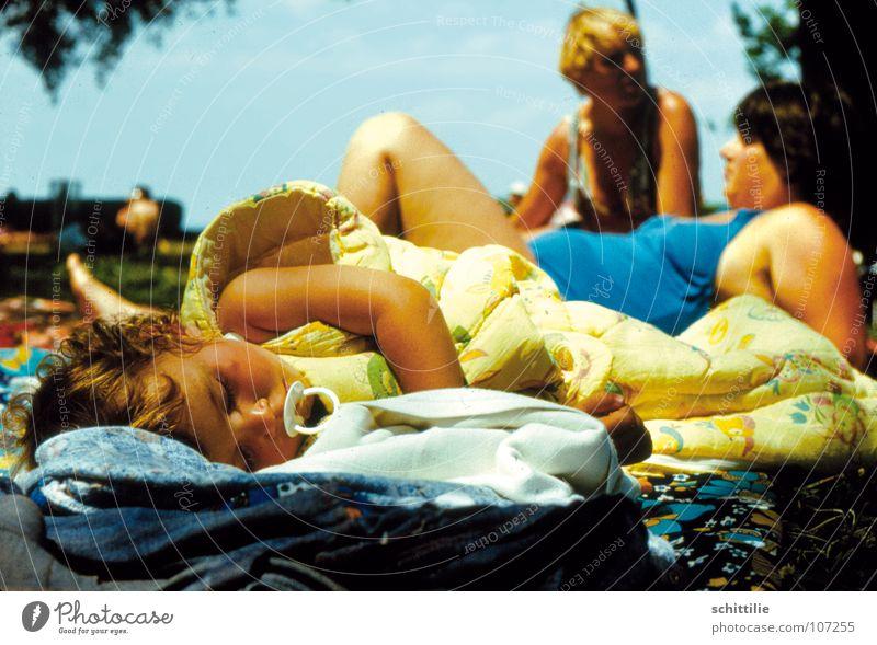 Tiefschlaf Kind Mädchen schlafen Frau Freibad See Baby Kleinkind Decke Himmel Frieden friedlich