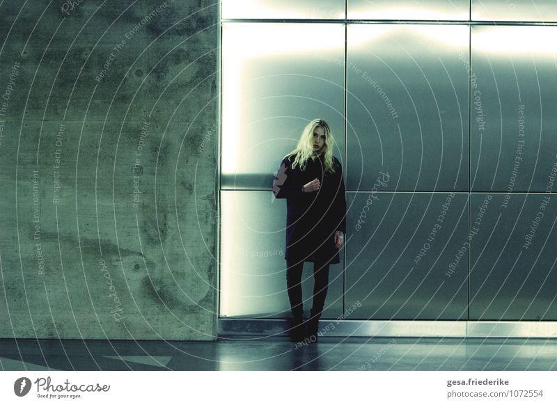 Die bloße Körperlichkeit Jugendliche Stadt grün Einsamkeit 18-30 Jahre Ferne Erwachsene Traurigkeit Architektur feminin Haare & Frisuren Mode blond stehen