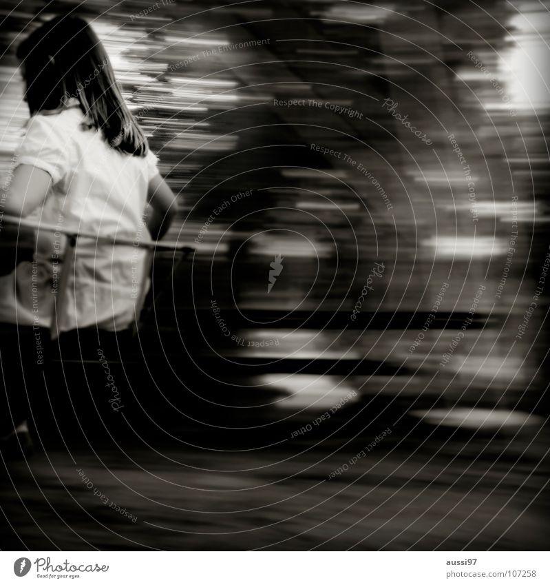 Zentrifugalkraft I Kind Spielen Spielplatz Bewegung Mädchen Spieltrieb Turnen Pause Bewegungsunschärfe Spielzeug Zentrifuge Schwarzweißfoto Motorik Fuß Schulhof
