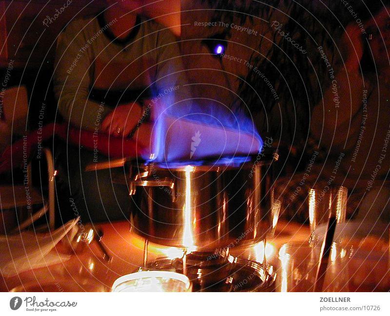 Feuer Zucker Party Wein Flamme Glühwein Edelstahl Topf kochen & garen gemütlich Heißgetränk heiß umgänglich Winterstimmung Innenaufnahme bläulich Zuckerhut