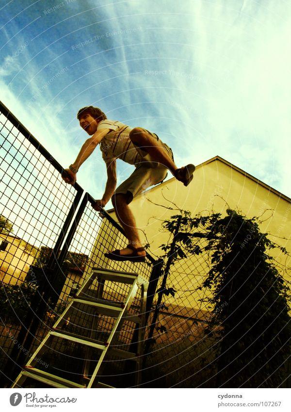Einmal Luftlinie, bitte! Mann Kerl Schwung springen Wand Barriere erobern Zaun Neugier Verbote neu geheimnisvoll Vogelperspektive außergewöhnlich innovativ