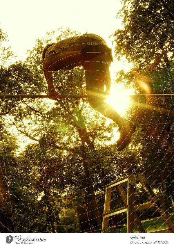 Einmal Luftlinie, bitte! II Mann Kerl Schwung springen Wand Barriere erobern Zaun Neugier Verbote neu geheimnisvoll Vogelperspektive außergewöhnlich innovativ