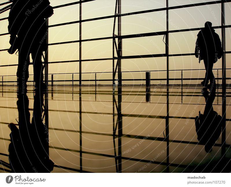 2 : 1 Mensch Himmel Mann Ferien & Urlaub & Reisen Erholung Wand Bewegung Glas gehen laufen warten fliegen leer stehen Lifestyle Bodenbelag