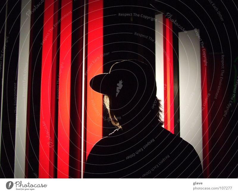 Mann mit Mütze Mensch Jugendliche schön weiß rot Lampe dunkel Haare & Frisuren Kunst modern Coolness Kultur Streifen Statue