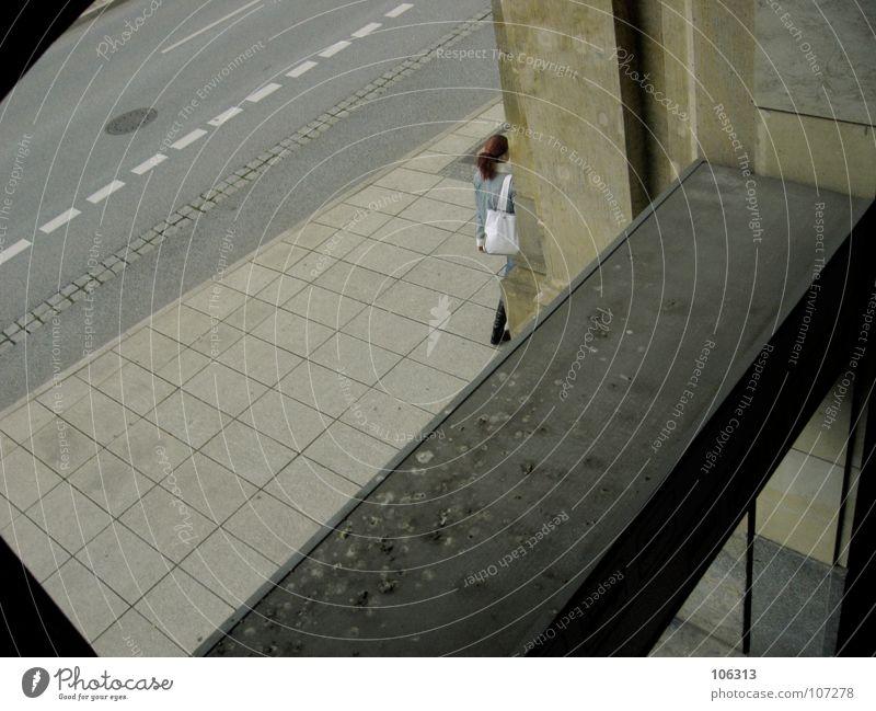 GOODBYE Dresden Bremen back home gehen Schmerz Strebe Tasche Frau Fahrbahnmarkierung Stadt Sandstein Haus Aussicht Beton Bürgersteig Gully umrandet schwarz