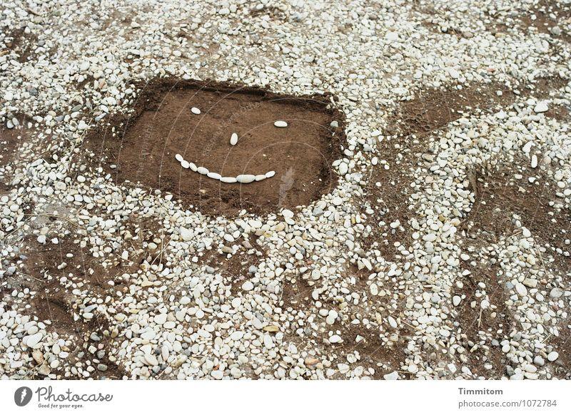Irgendwo in...na, Dings. (6) Wege & Pfade Stein Sand Linie Freundlichkeit hell braun grau Gefühle Fröhlichkeit Kopf Gesicht gestalten Schlangenlinie Farbfoto