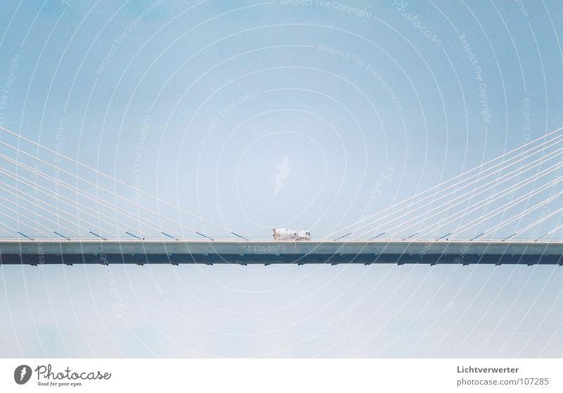 ansichten // einsichten horizontal Seil Lastwagen Schweben hängend Brücke blau Himmel Mitte Drahtseil