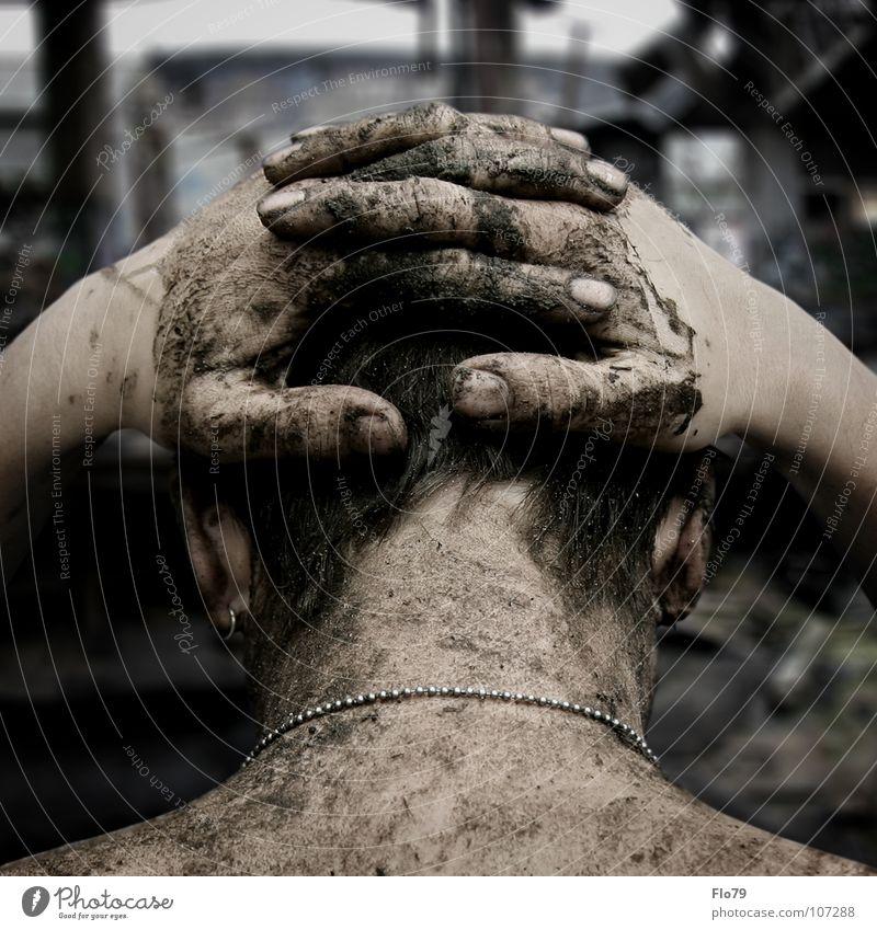 APOKALYPSE Mann Hinterkopf Schulter Hand Finger Fingernagel Schlamm dreckig braun kaputt Zerstörung Krieg gefährlich Bomber Angriff Panik Flucht Flüchtlinge