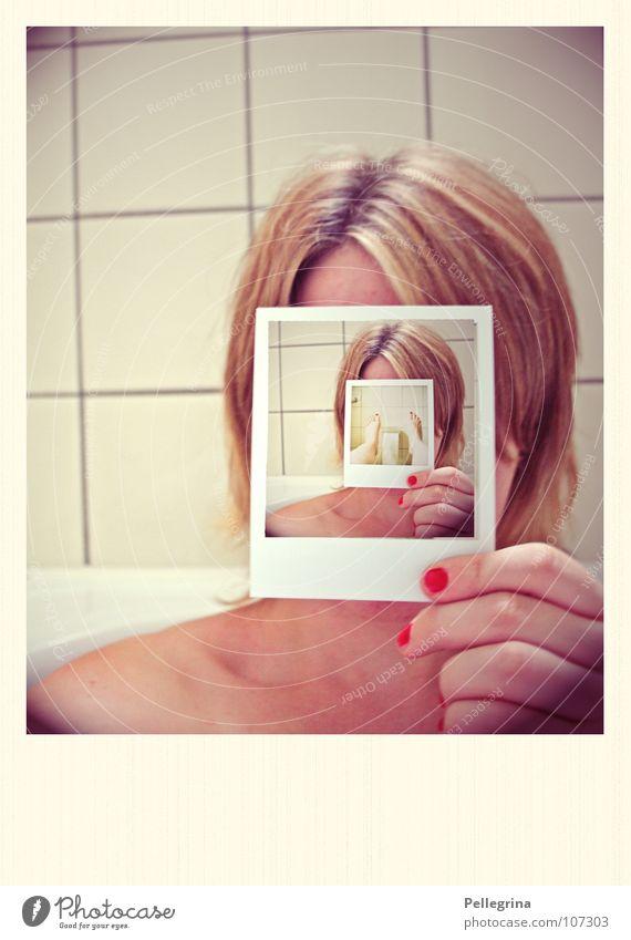 derinderinderinderin Frau Polaroid alt Hand rot gelb Kopf Haare & Frisuren Beine Fuß blond Kosmetik Finger retro Bad Filmmaterial