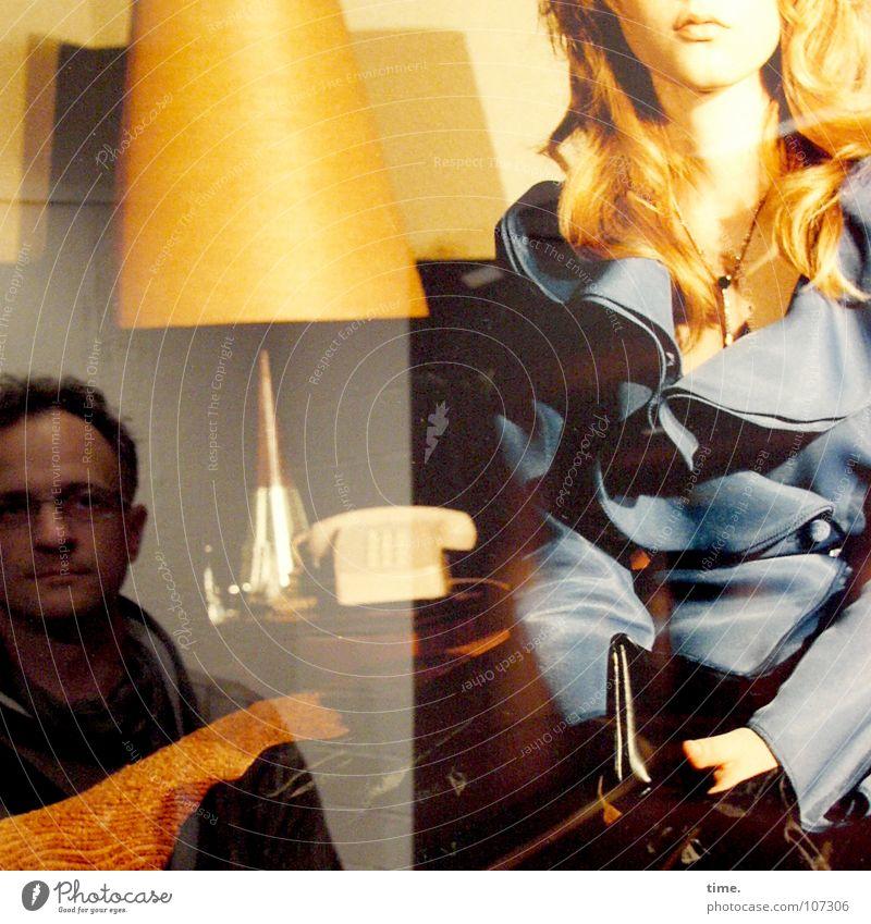 Parallelwelten Blick Lampe maskulin feminin Frau Erwachsene Mann Kunst Ausstellung Kultur blond Denken Misstrauen Model Trenchcoat Hintergrundbild Vordergrund