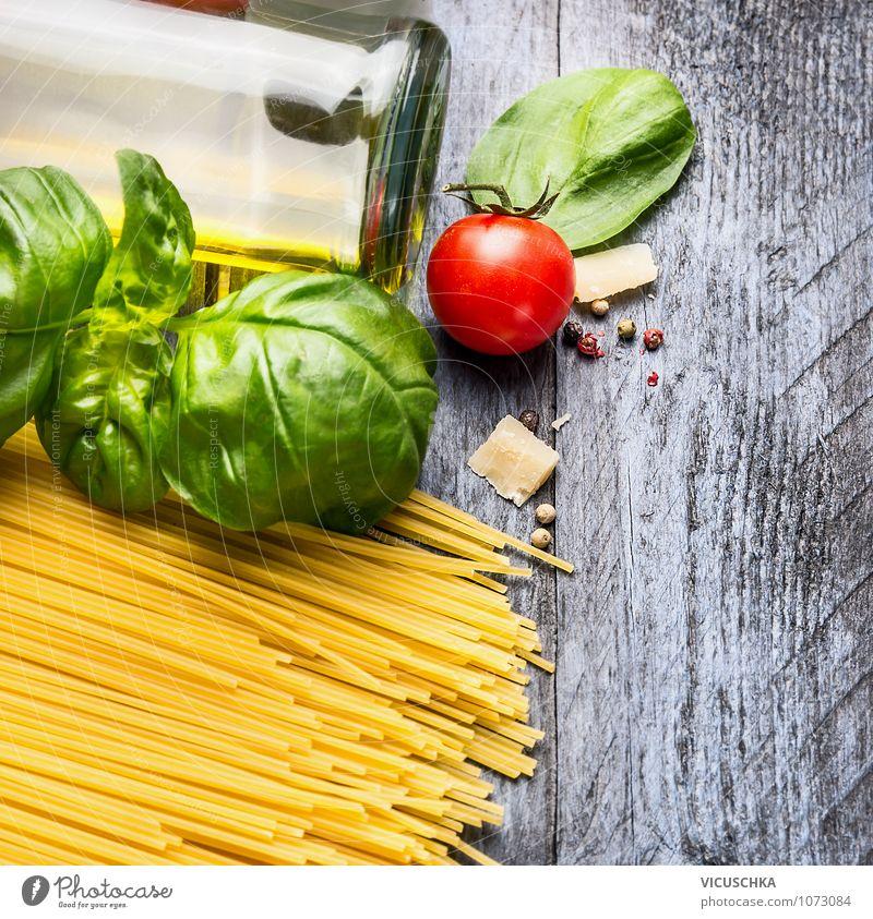 Spaghetti Zutaten auf blauem Holztisch Lebensmittel Gemüse Teigwaren Backwaren Kräuter & Gewürze Öl Ernährung Mittagessen Bioprodukte Vegetarische Ernährung