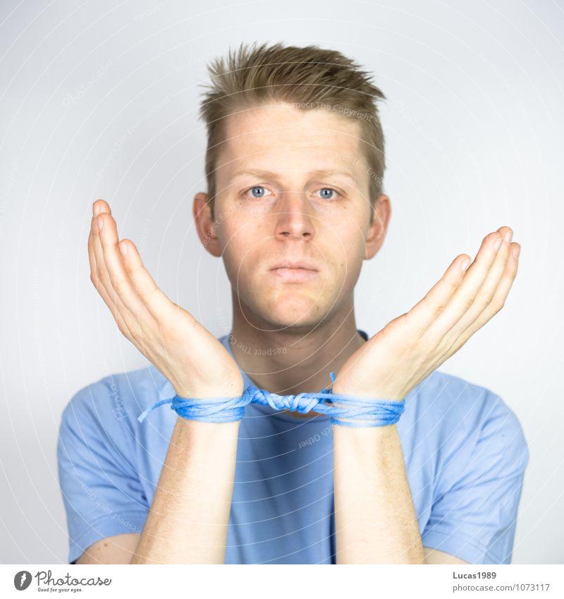 Farbstudie - gefesselt maskulin Junger Mann Jugendliche Erwachsene 1 Mensch 18-30 Jahre Kunst T-Shirt Haare & Frisuren blond kurzhaarig Handschellen fesseln