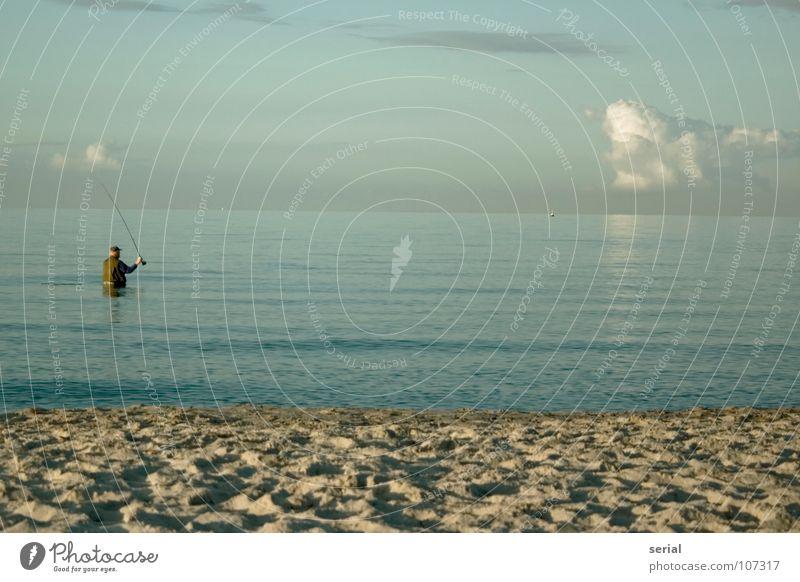 beachfishing Mann Angler maskulin Angelrute Angeln Einsamkeit Strand Meer Wolken Horizont Weste Mütze beige grau türkis weiß Küste Freizeit & Hobby eine person