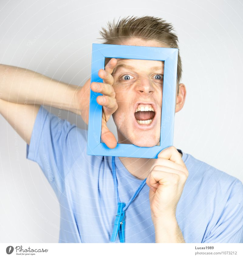 Farbstudie - Ausbruch Lifestyle Mensch maskulin Junger Mann Jugendliche Erwachsene 1 18-30 Jahre T-Shirt Halskette blond kurzhaarig Farbstoff Schnur